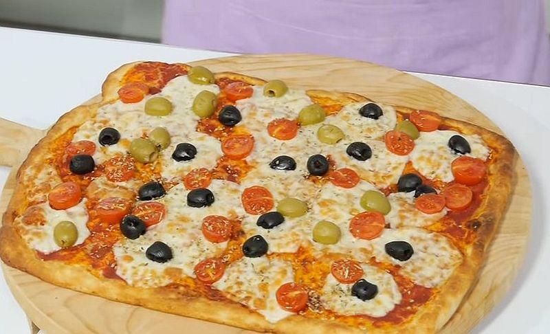 Пицца с оливками и зеленью
