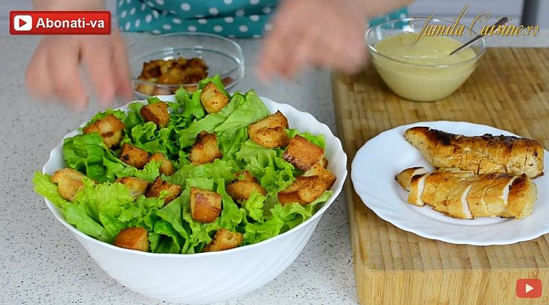 Салат «Цезарь» – выкладываем салат и багет в глубокую чашку
