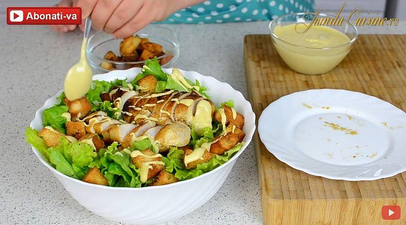 Салат «Цезарь» – сбрызгиваем наше блюдо приготовленным нами миксом